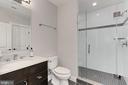 Lower level full bath with shower - 900 GLYNDON ST SE, VIENNA