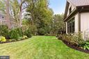 Level yard, lush landscaping - 900 GLYNDON ST SE, VIENNA