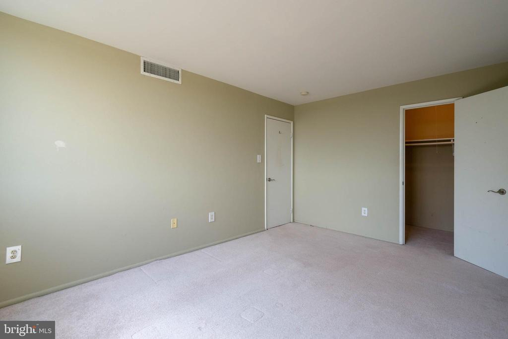 A walk in closet is a great addition to the master - 12 S VAN DORN ST #404, ALEXANDRIA