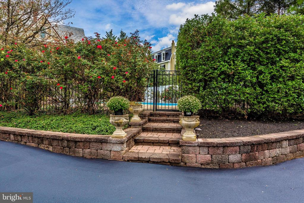 Extensive Hardscape and Landscaping! - 216 E MAIN ST, MIDDLETOWN