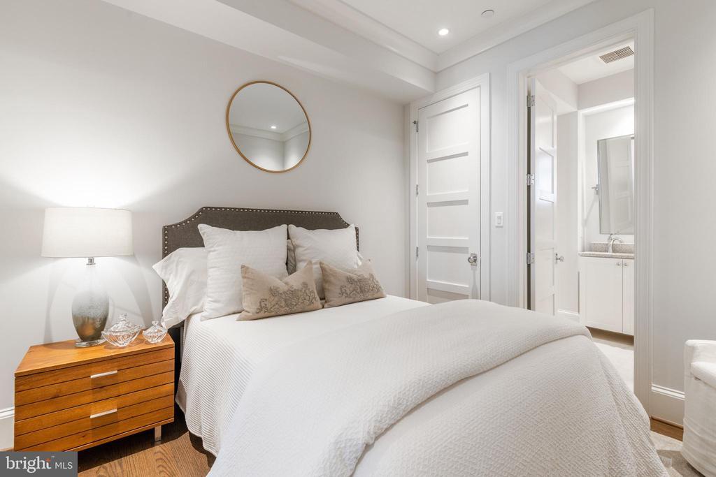 Guest Bedroom - 418 7 ST SE #101, WASHINGTON