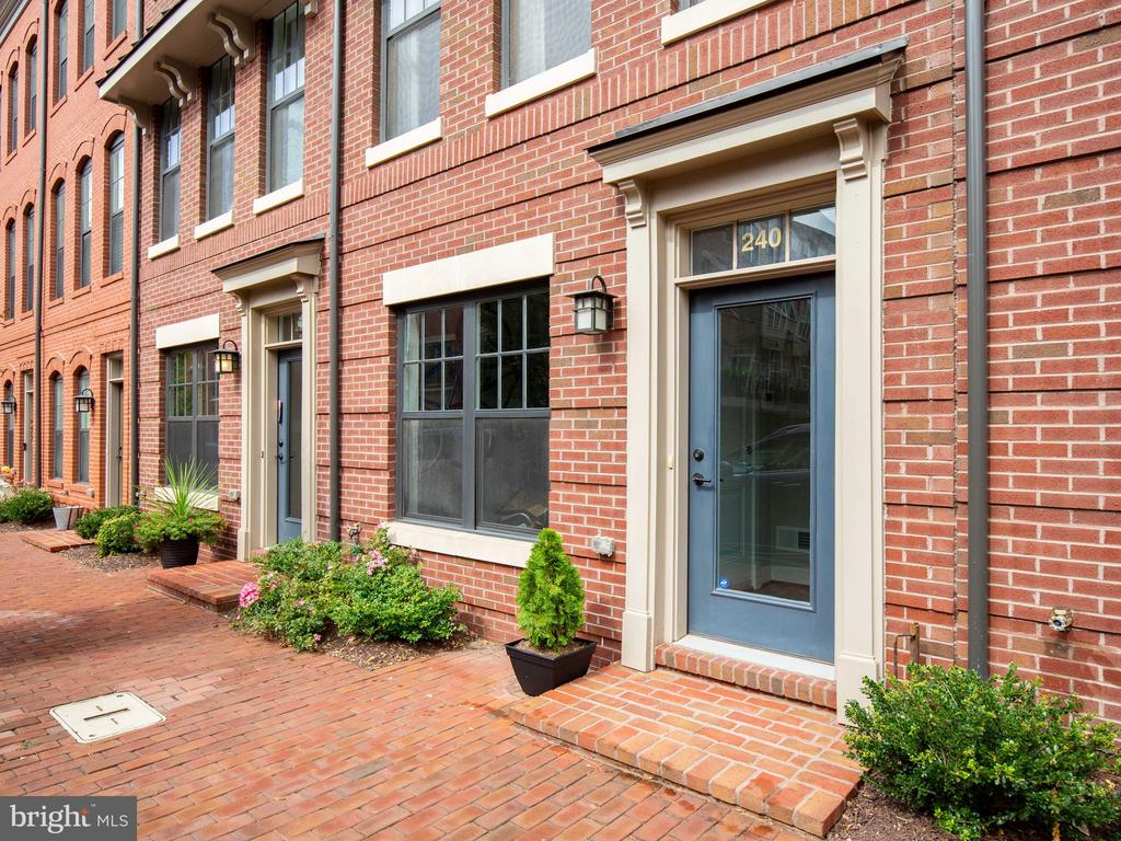 Hip urban vibes with cobblestone walkways - 240 BLUEMONT BRANCH TER SE, LEESBURG