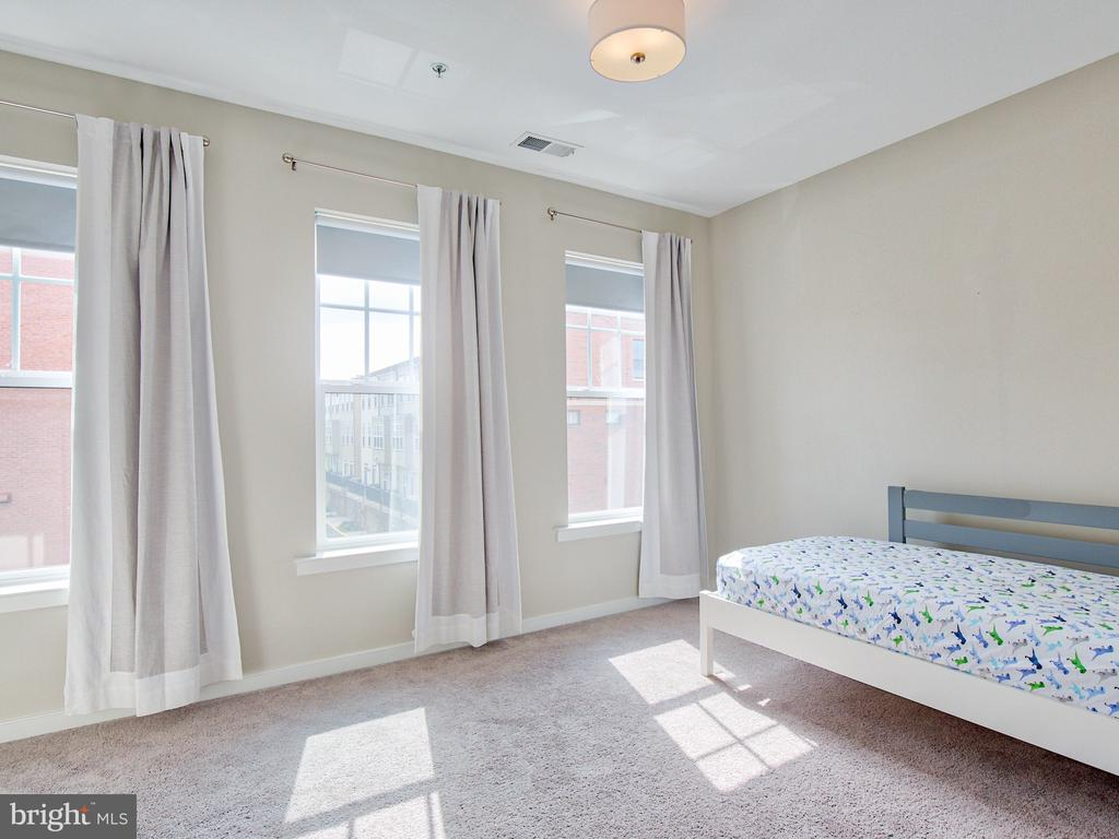 Bright and sunny secondary bedroom - 240 BLUEMONT BRANCH TER SE, LEESBURG