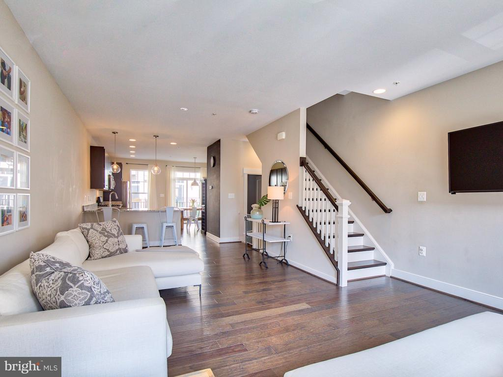 Oak staircase and an open floorpan - 240 BLUEMONT BRANCH TER SE, LEESBURG