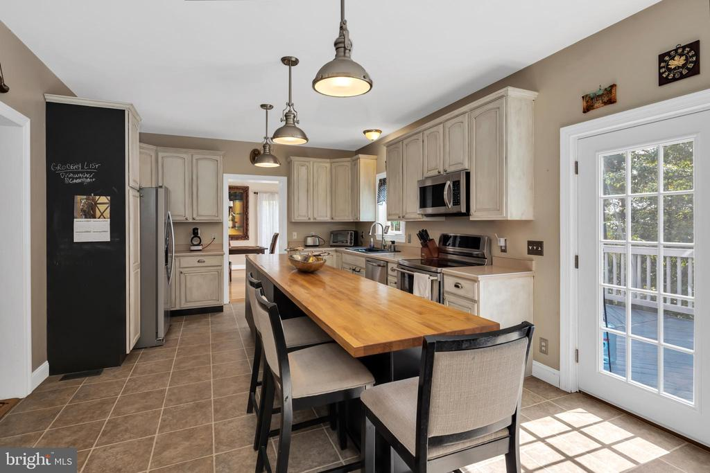 Extended Island, Counter perfect for Breakfast - 41743 STUMPTOWN RD, LEESBURG