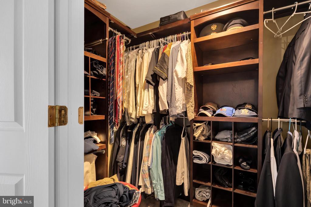 Custom Closet Organizer in master closet - 41743 STUMPTOWN RD, LEESBURG