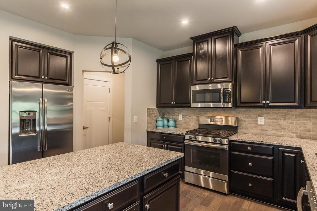 Look at all the counter space and shiny appliances - 2283 RIVER BIRCH RD, DUMFRIES