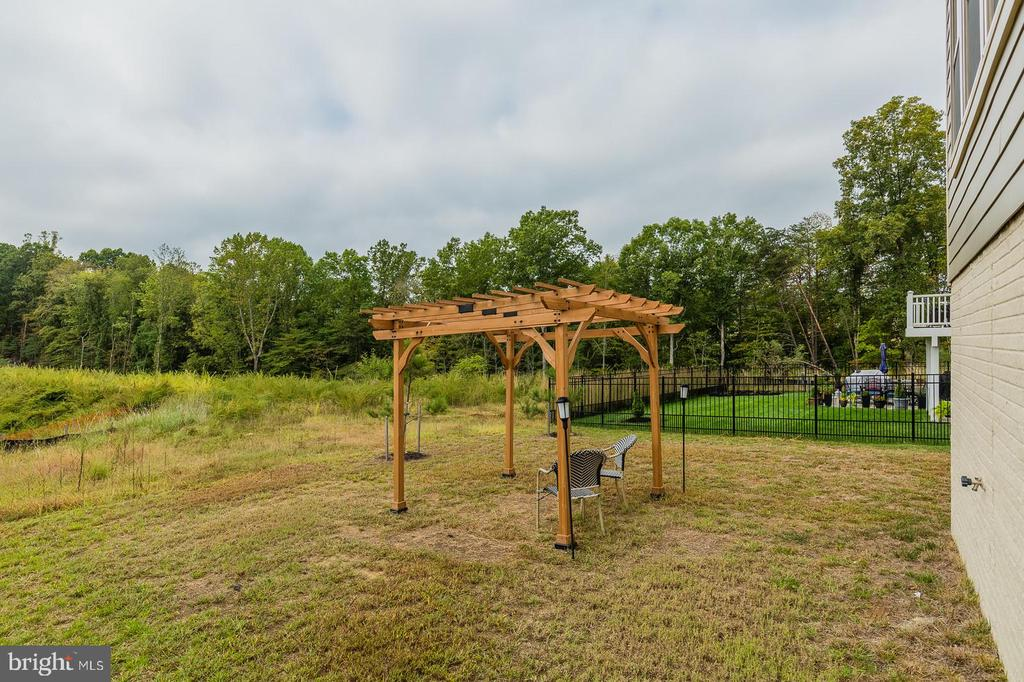 Neighbors lawn helps  you imagine the possibility - 2283 RIVER BIRCH RD, DUMFRIES