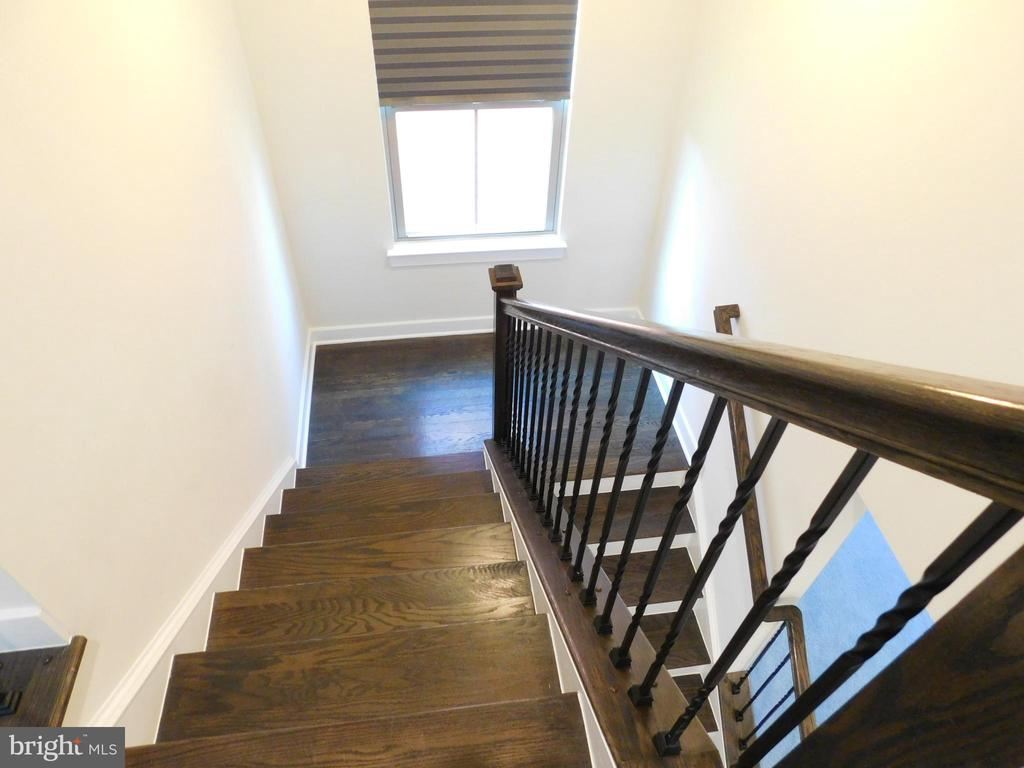 Wood Staircase with iron spindles - 2283 RIVER BIRCH RD, DUMFRIES