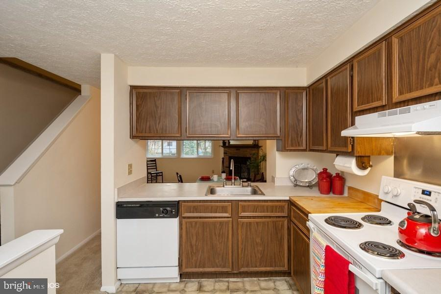 Kitchen is open to dining room - 8461 SUGAR CREEK LN, SPRINGFIELD