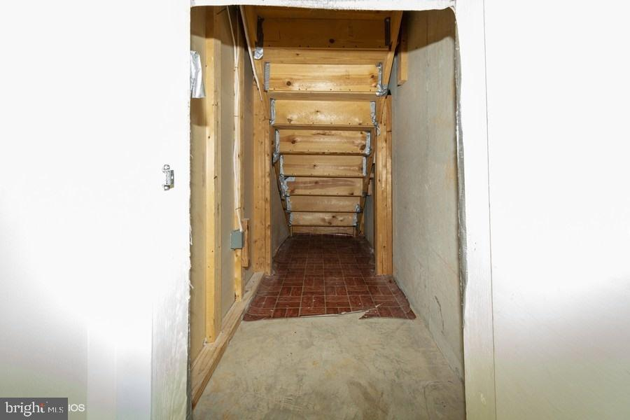 Extra storage under the stairs - 8461 SUGAR CREEK LN, SPRINGFIELD
