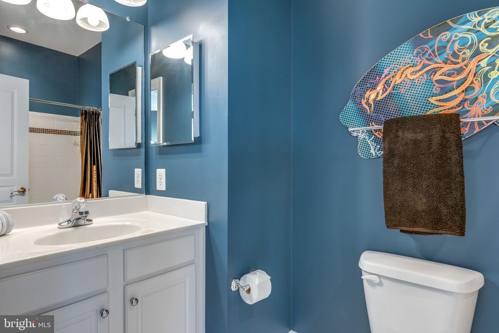 Full Bathroom 2 - 19607 ABERLOUR LN, LEESBURG