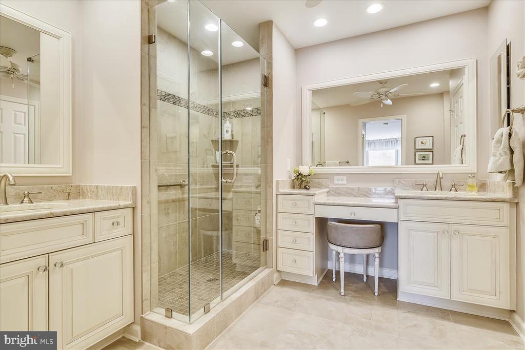 Master Bathroom with frameless shower - 43433 WILD DUNES SQ, LEESBURG