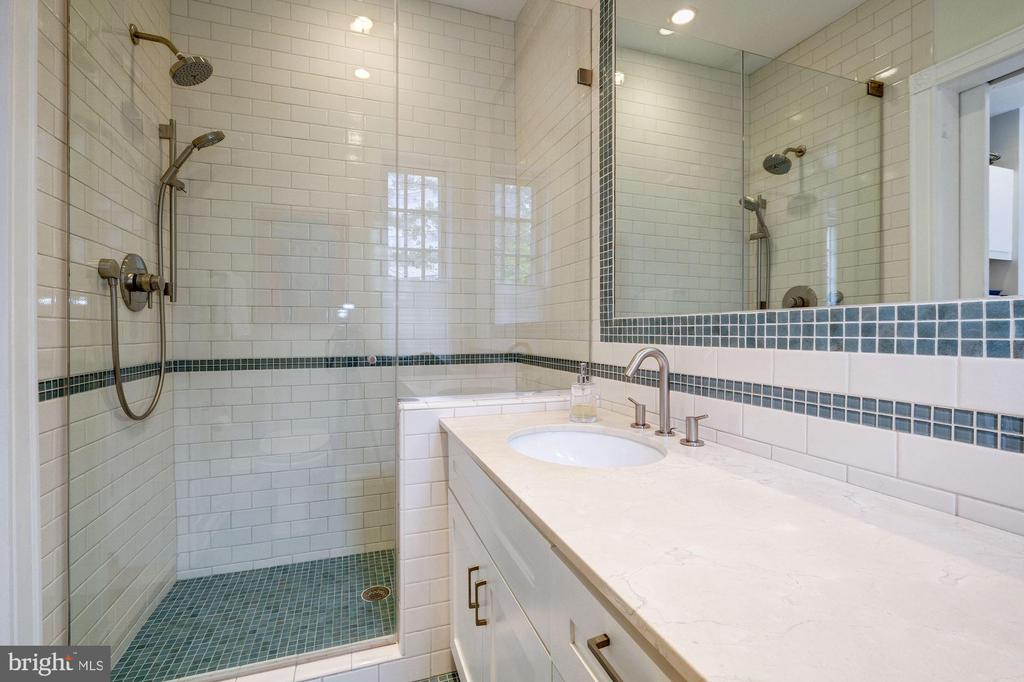 Full bath en suite to Den/possible 3rd bedroom - 1901 WYOMING AVE NW #11, WASHINGTON