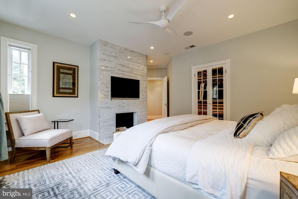 Owner's bedroom w/fireplace & large walk-in closet - 1901 WYOMING AVE NW #11, WASHINGTON