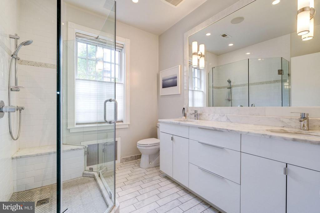 Carrara marble bath en suite to owner's bedroom - 1901 WYOMING AVE NW #11, WASHINGTON