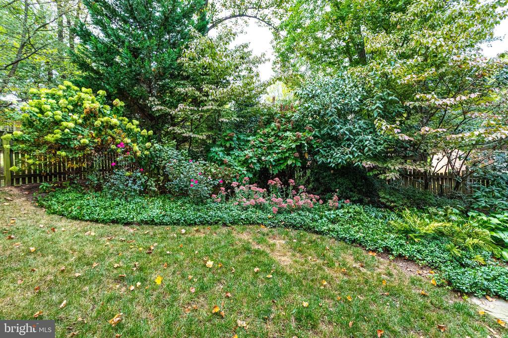 Fully Fenced Yard for Dogs - 7357 NICOLE MARIE CT, MCLEAN