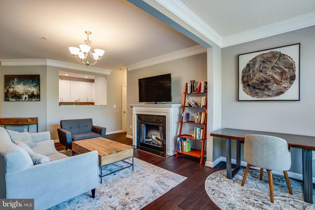 Living Room w/fireplace & Mantel - 621-209 COBBLESTONE BLVD #209, FREDERICKSBURG
