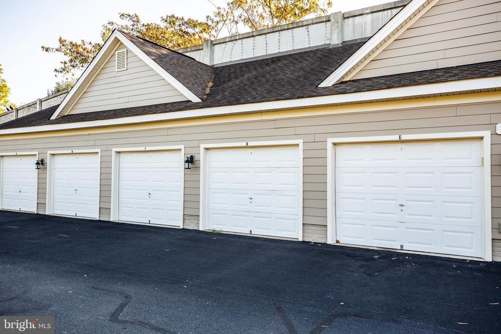A garage in the city...woo hoo! - 621-209 COBBLESTONE BLVD #209, FREDERICKSBURG