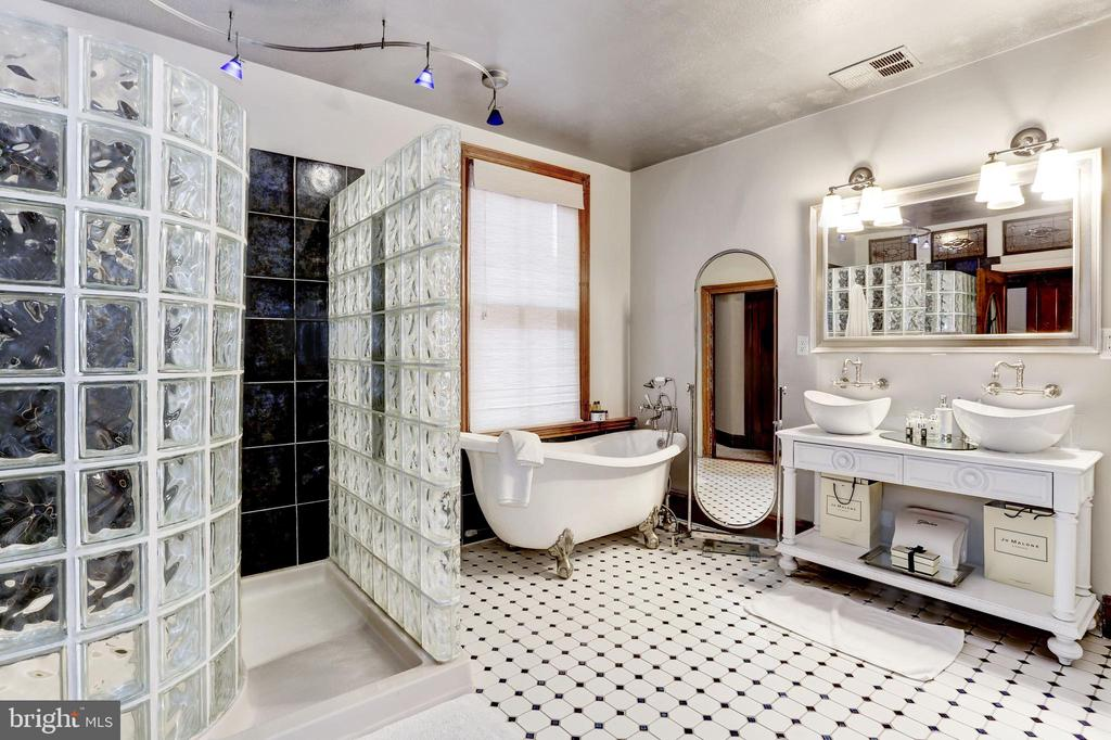 2nd floor bathroom with double sink & soaking tub - 1410 15TH ST NW, WASHINGTON