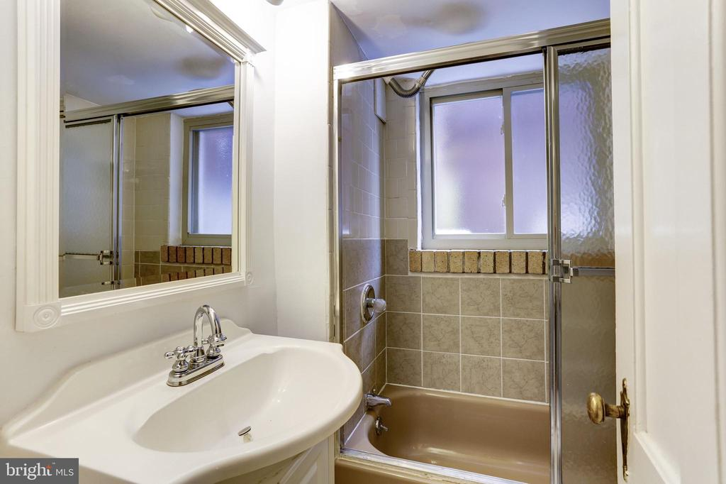In-Law suite offers the third full bathroom - 1410 15TH ST NW, WASHINGTON
