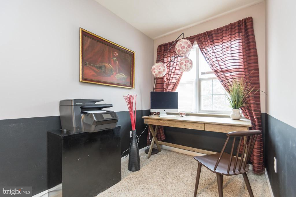 Sitting Area in Master Bedroom - 9402 BRAKEN CT, FREDERICKSBURG