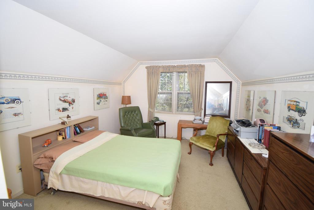 Large 2nd bedroom at top of stairs - 11690 STOCKBRIDGE LN, RESTON