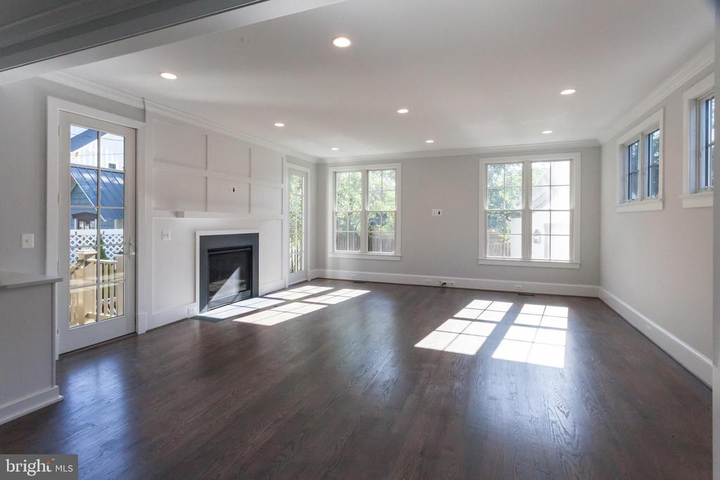 Family room filled with natural light - 1607 N BRYAN ST, ARLINGTON