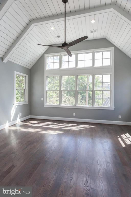 STUNNING, light-filled master overlooking greenery - 1607 N BRYAN ST, ARLINGTON