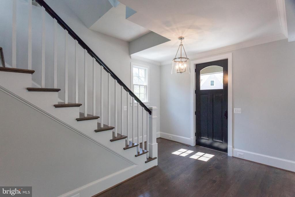 Open yet gracious entry - 1607 N BRYAN ST, ARLINGTON