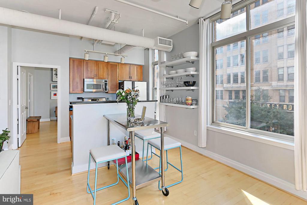 Kitchen/Living room combo. Great for entertaining - 1205 N GARFIELD ST #308, ARLINGTON