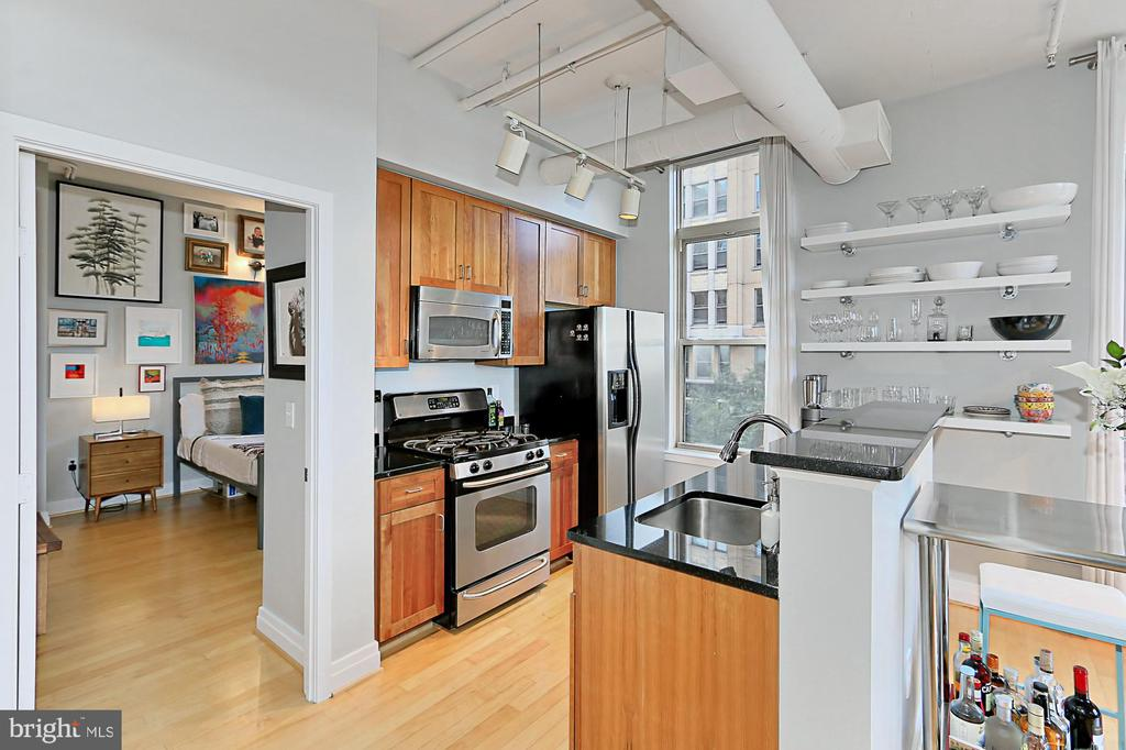 Bright and airy living with 10 foot ceilings . - 1205 N GARFIELD ST #308, ARLINGTON