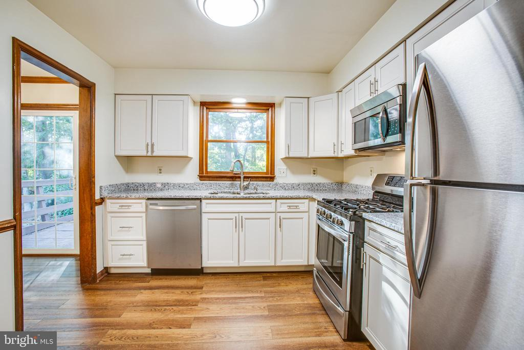 Updated with white cabinets & stainless appliances - 5412 LEAVELLS CROSSING DR, FREDERICKSBURG