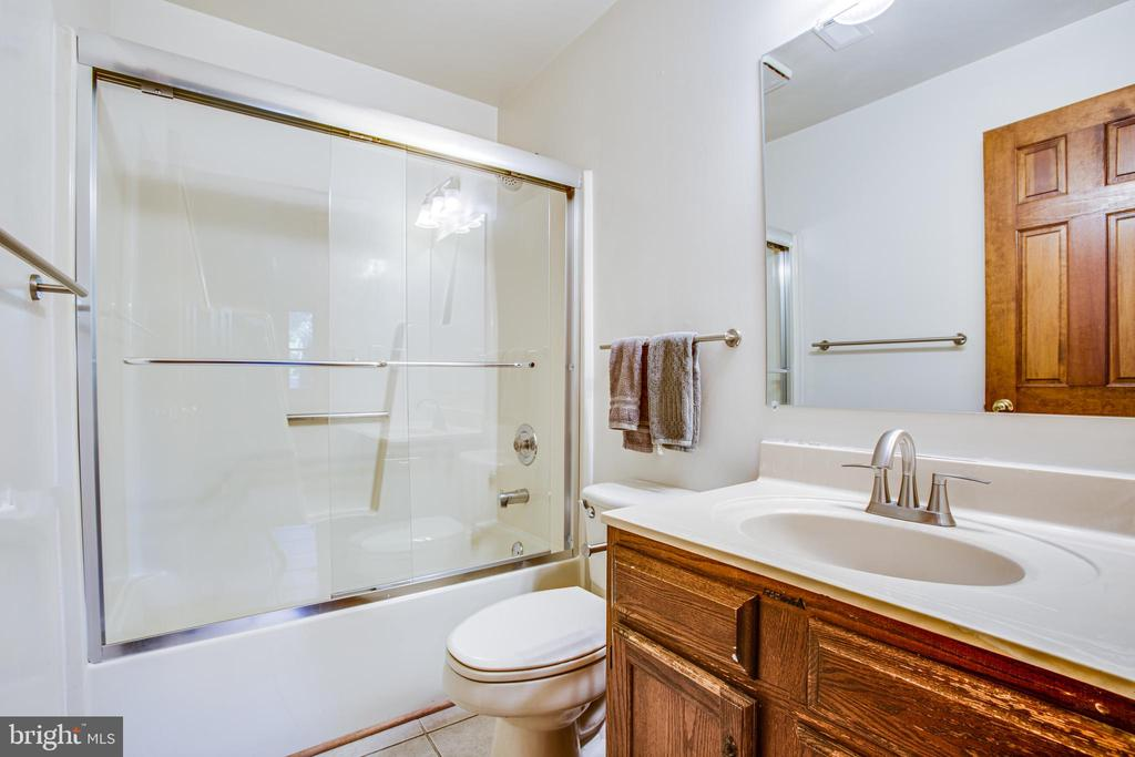 Downstairs Full Bath - 5412 LEAVELLS CROSSING DR, FREDERICKSBURG