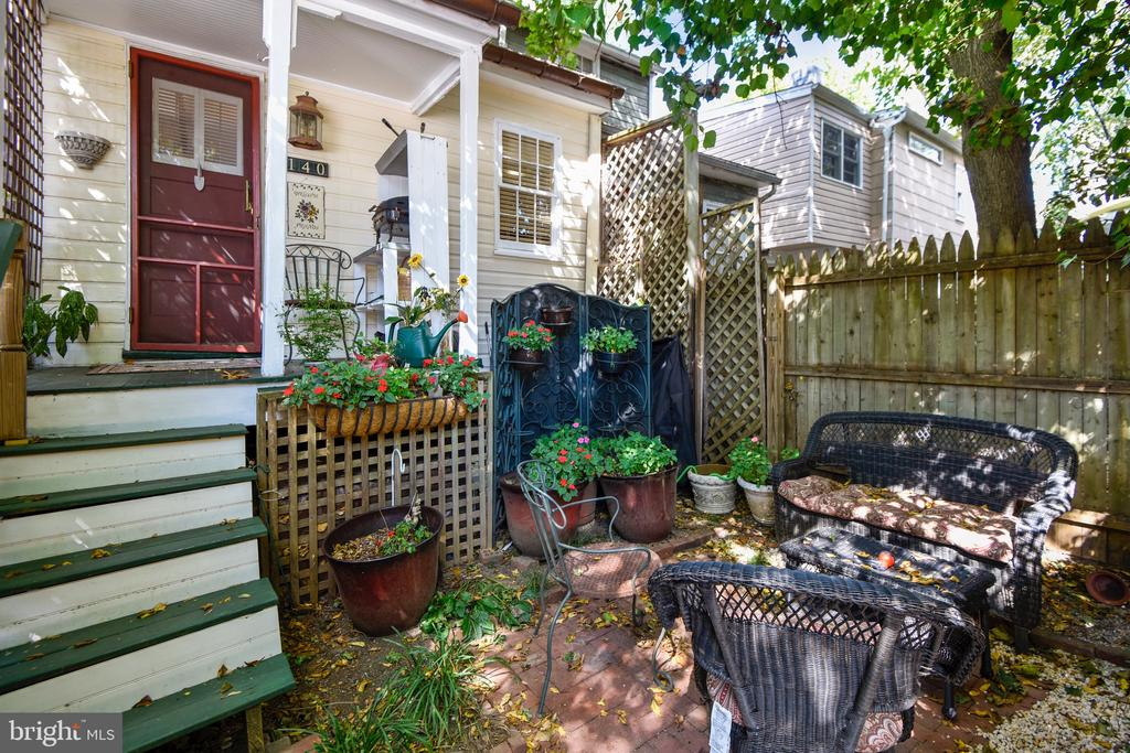 Relax and entertain in the back courtyard. - 140 MARKET ST, ANNAPOLIS
