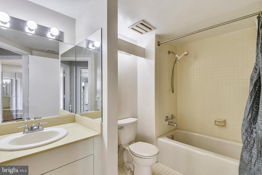 2nd full bath - 1401 N OAK ST #307, ARLINGTON