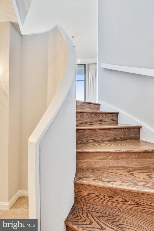 Entry level stairs up to the living room - 1401 N OAK ST #307, ARLINGTON