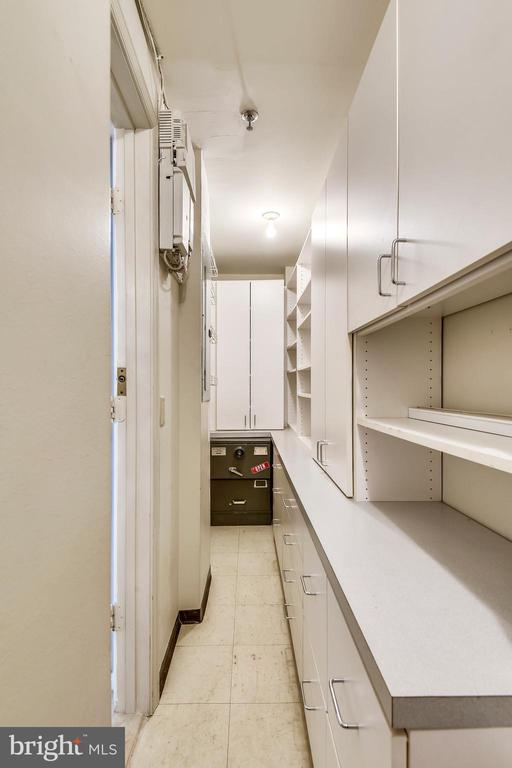 Walk-in closet with built-ins on entry level - 1401 N OAK ST #307, ARLINGTON