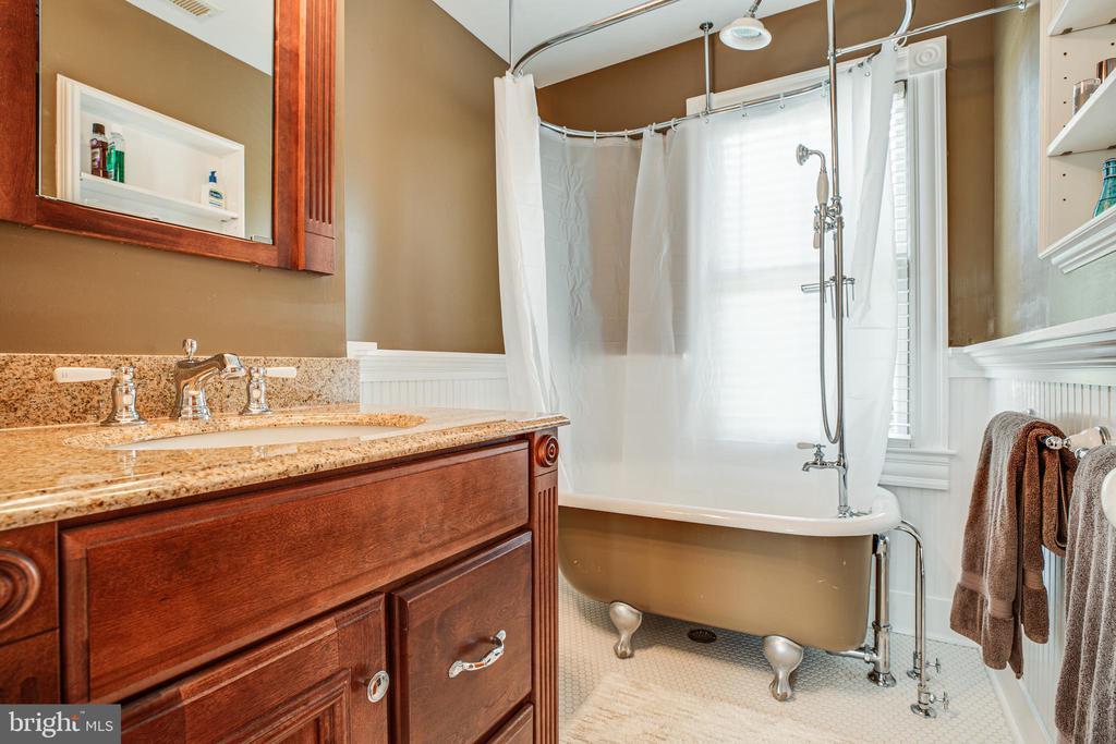 Upper level Full Bath - 1109 DOUGLAS ST, FREDERICKSBURG