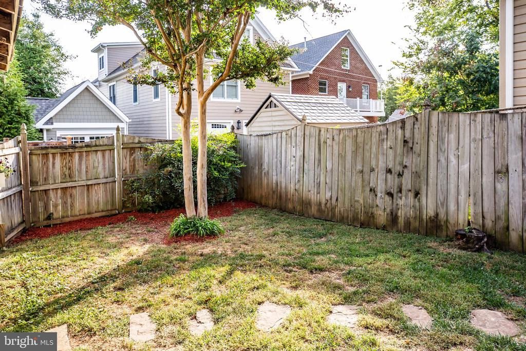 Fully fenced back yard - 1109 DOUGLAS ST, FREDERICKSBURG
