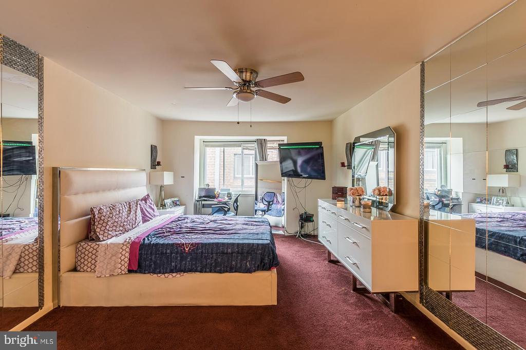 Master bedroom with bathroom  in it - 7956 SILVERADA PL #B, ALEXANDRIA