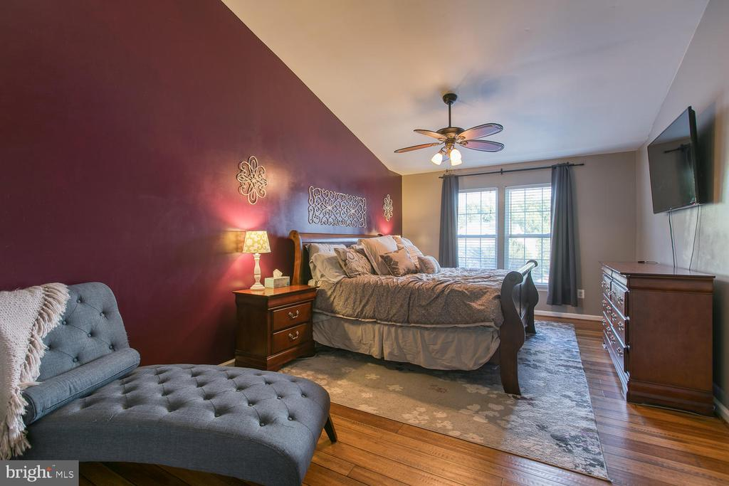 Grand Master Bedroom with Vaulted Ceiling - 7 EMERALD DR, FREDERICKSBURG