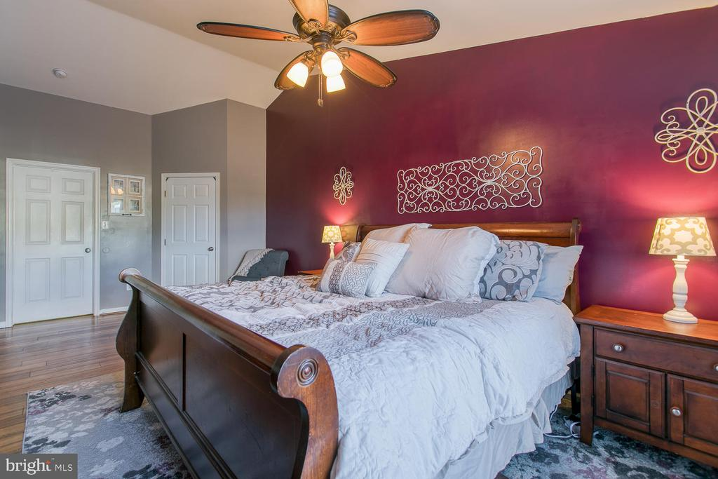 Gracious Master Bedroom Suite w/ Bamboo Flooring - 7 EMERALD DR, FREDERICKSBURG
