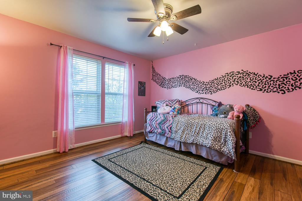 2nd Bedroom with Lg Window & Bamboo Floors - 7 EMERALD DR, FREDERICKSBURG