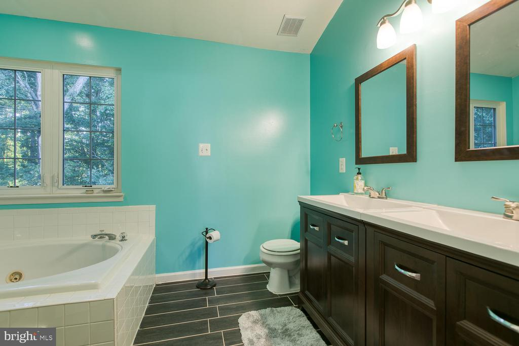Luxury MBA w/ Upgraded Vanity & Vinyl Plank Floors - 7 EMERALD DR, FREDERICKSBURG