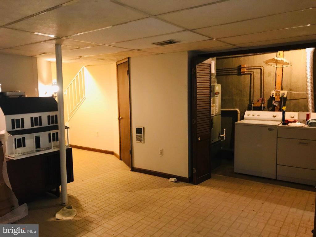 Laundry room in the basement - 5884 WOOD FLOWER CT, BURKE
