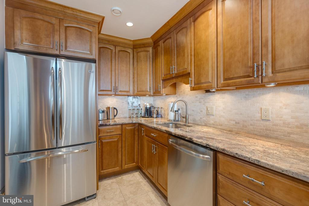 Kitchen with upgrade appliances - 1200 NASH ST N #550-561, ARLINGTON