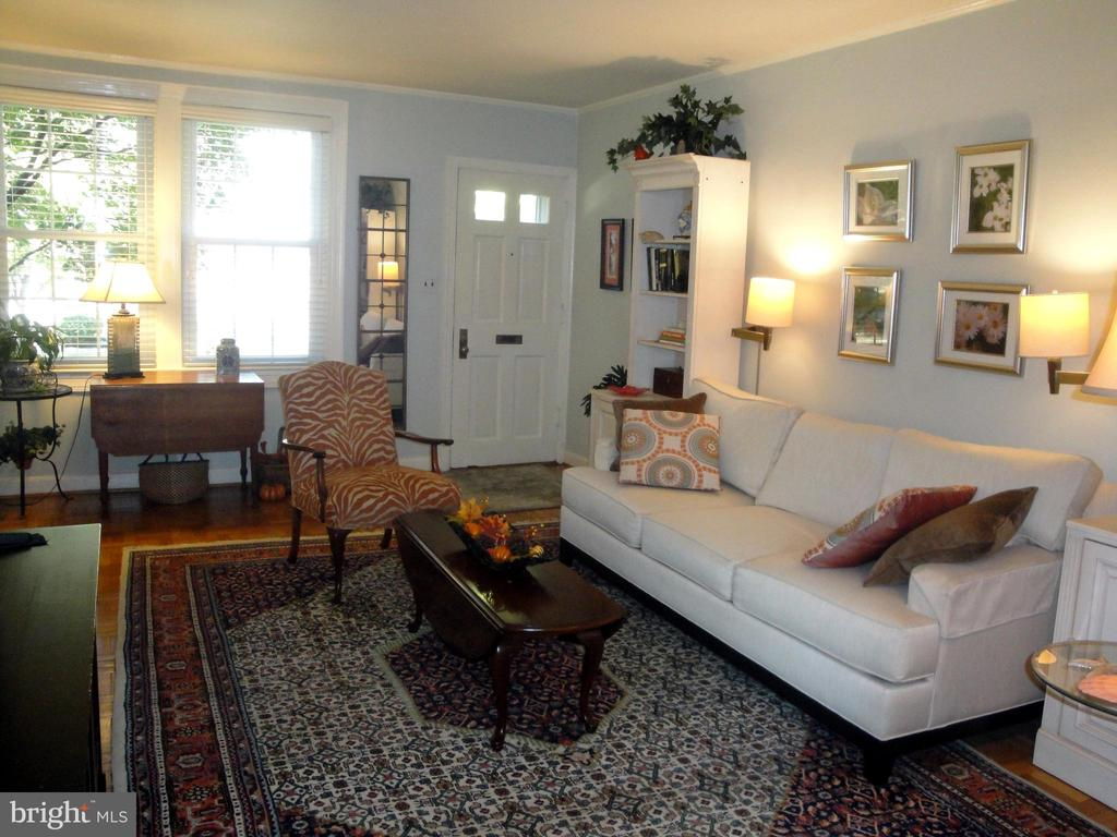 Lots of room for your furnishing in LR - 1100 S BARTON ST S #292, ARLINGTON