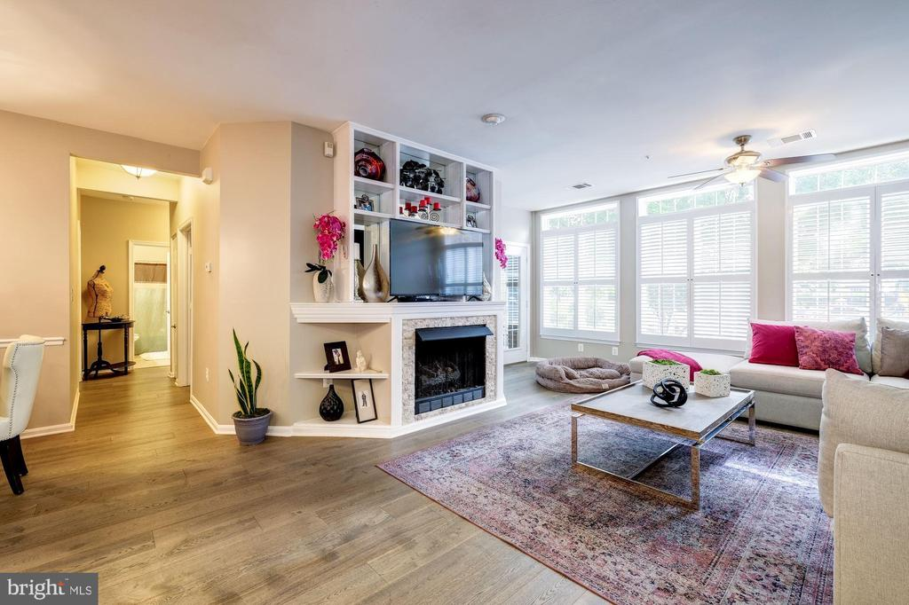 10 foot ceilings and large sunny windows. - 7706 HAYNES POINT WAY #D, ALEXANDRIA