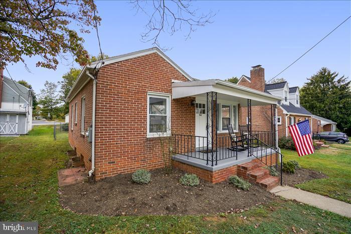 Spacious front porch to enjoy! - 508 CARROLL AVE, MOUNT AIRY